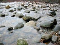 Les eaux rocheuses photo libre de droits