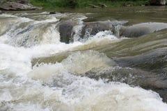 Les eaux rugueuses surmontent des pierres Photos libres de droits
