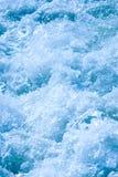 Les eaux se précipitantes Image stock