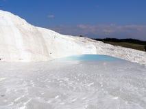 Les eaux termal de Pamukkale avec les roches blanches image stock