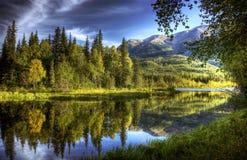 Les eaux toujours dans l'automne Photo libre de droits
