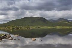 Les eaux toujours dans les montagnes écossaises photos stock