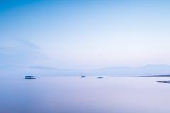 Les eaux tranquilles de début de la matinée Photographie stock libre de droits