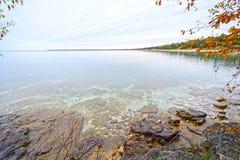 Les eaux tranquilles sur un lac étayent en automne Photographie stock