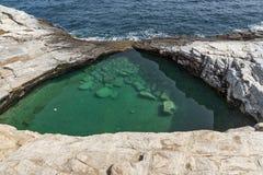 Les eaux vertes de la piscine naturelle de Giola en île de Thassos, Grèce Image stock