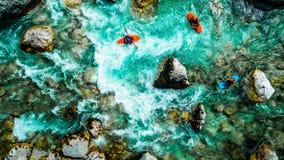 Les eaux vertes de la rivière de Soca, sont le paradis transportant par radeau photos stock