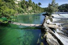 Les eaux vertes de Rhein sur Rheinfall Image stock