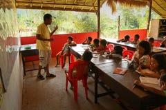 Les in een school voor vluchtelingskinderen Stock Foto