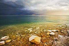 Les effets de la lumière pendant un orage sur la mer morte photographie stock