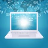Les emails volent hors de l'écran d'ordinateur portable Images libres de droits