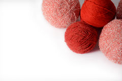 Les embrouillements de rouge et de rose du tricotage filète sur un fond blanc Images libres de droits