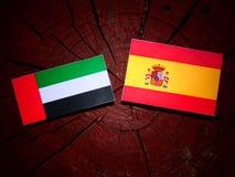 Les Emirats Arabes Unis diminuent avec le drapeau espagnol sur un isolant de tronçon d'arbre Photo stock