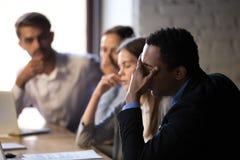 Les employés déçus ont souligné lire des nouvelles de faillite de société en ligne photographie stock libre de droits