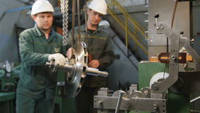 Les employés d'usine amènent la construction lourde à l'endroit en le position clips vidéos