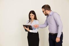 Les employés de bureau, un homme et la femme se dirigent Photos stock