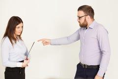 Les employés de bureau, un homme et la femme se dirigent Photo libre de droits