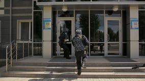 Les employés de service spécial avec des armes courent dans le bâtiment banque de vidéos