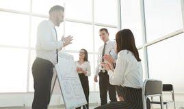 Les employés discutent des idées pour un nouveau projet commercial photos stock
