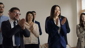 Les employés divers joyeux souhaitent la bienvenue au directeur exécutif clips vidéos