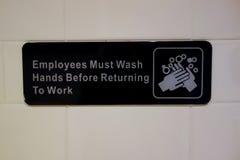 Les employés doivent laver des mains Image libre de droits