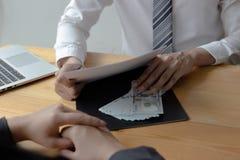 Les employés donnent l'argent pour suborner avec le chef Pour être favorisé photo stock