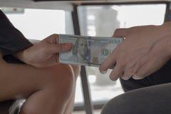 Les employés donnent l'argent pour suborner avec le chef Pour être favorisé photo libre de droits