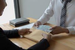 Les employés donnent l'argent pour suborner avec le chef Pour être favorisé photos libres de droits