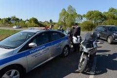 Les employés du service de la police de la circulation élabore un protocole relatif à la violation des règles de la circulation Images libres de droits