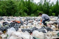 Les employés et les éboueurs sont des déchets de traitement dans le site de décharge au Ra image libre de droits