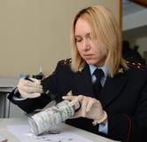 Les empreintes digitales de tractions de police d'expert médico-légal ont trouvé sur la boîte de la scène du crime photo stock