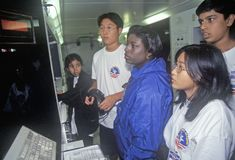 Les enfants à l'affichage éducatif de navette spatiale à l'espace campent, George C Marshall Space Flight Center, Huntsville, AL photo libre de droits