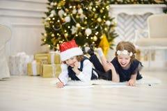 Les enfants écrivent des lettres à Santa Claus Photos libres de droits