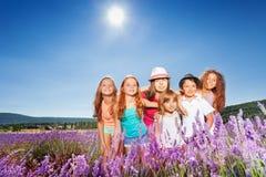 Les enfants étreignant en lavande mettent en place au jour du ` s d'été Images libres de droits
