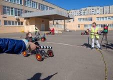 Les enfants étudient les règles de la route sous une forme de jeu Image libre de droits