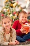 Les enfants adorent des cadeaux de nouvelle année Image stock