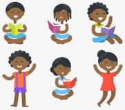Les enfants africains lisent et tiennent des illustrations réglées Image libre de droits