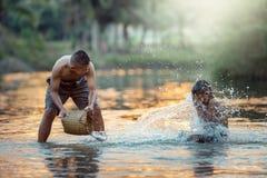 Les enfants appréciant l'eau éclaboussent sur The Creek des amis Lifest Images stock