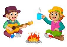 Les enfants apprécient le camp avec jouer la guitare avec une tasse de café illustration de vecteur