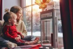 Les enfants apprécient les chutes de neige Photos stock
