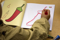 Les enfants apprennent à dessiner Image stock