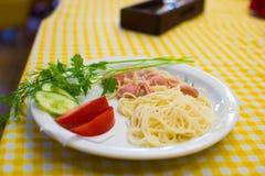 Les enfants apprennent à faire cuire des spaghetti dans des cuisiniers d'école pour de petits enfants Photos stock
