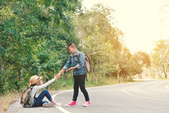 Les enfants asiatiques heureux se baladent à l'arrière-plan de route et de forêt Photos libres de droits