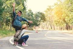 Les enfants asiatiques heureux se baladent à l'arrière-plan de route et de forêt Image stock