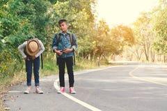 Les enfants asiatiques heureux se baladent à l'arrière-plan de route et de forêt Photos stock