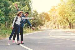 Les enfants asiatiques heureux se baladent dans la route et la forêt Photographie stock libre de droits
