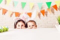 Les enfants attendent Pâques Photos libres de droits