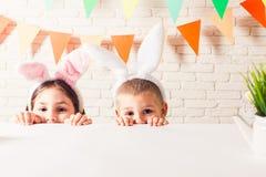 Les enfants attendent Pâques Images libres de droits