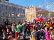 Les enfants attrapent des bulles de savon images libres de droits