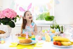 Les enfants au petit déjeuner de Pâques Eggs le panier, oreilles de lapin