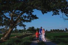 Les enfants au sont de Paddy Field en Malaisie Photos libres de droits
